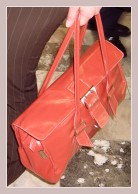 rote Damenhandtasche
