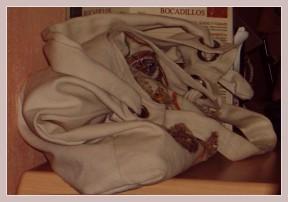 Handtasche einer Spanierin in einem Café