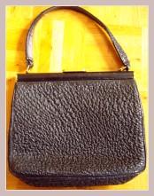 Omas Handtasche, Vorderansicht