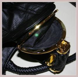 schwarze Spy Bag, Detail Täschchen im Überschlag