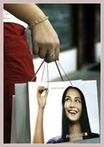 Einkaufstüte mit Werbung für ein Haarshampoo