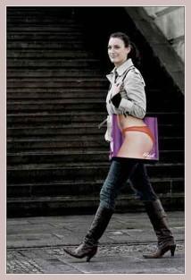 Einkaufstüte mit Werbung für das Dessouscenter Blush in Berlin