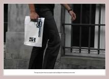 Einkaufstüte mit Werbung für einen belgischen Krimiautor