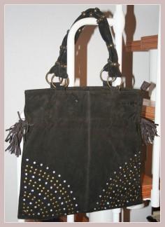Braune Wildledertasche, Vorderansicht