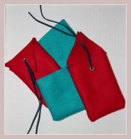 rote Handytaschen aus Filz mit türkisen Beitäschchen
