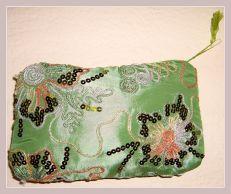 Kosmetiktasche in grün mit Stickerei, Vorderansicht