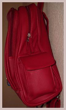 roter Rucksack aus Kunstleder, Seitenansicht
