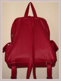 roter Rucksack aus Kunstleder, Rückansicht