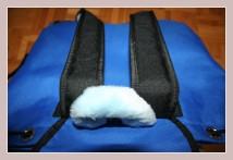 blauer Winterrucksack, Rückansicht liegend