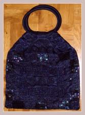 dunkelblaues Täschchen mit Perlenstickerei, Vorderansicht