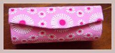 Lippenstifttäschchen in rosa mit Stickerei, geschlossen