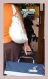 Tasche und Trolley beim Markttag in Denia