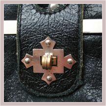 drei aneinandergenähte Kutscherbörsen aus schwarzem Leder, Detail Verschluss