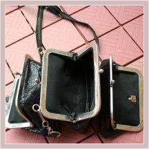 drei aneinandergenähte Kutscherbörsen aus schwarzem Leder, geöffnet