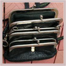 drei aneinandergenähte Kutscherbörsen aus schwarzem Leder, Draufsicht
