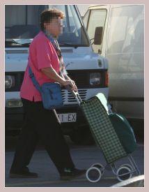 Frau mit Einkaufstrolley auf dem Mercadillo