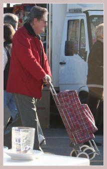 Mann mit Einkaufstrolley auf dem Mercadillo