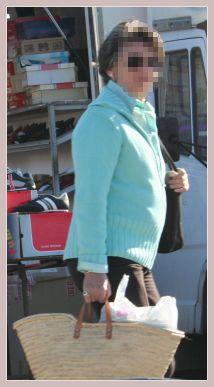 Frau mit Strohtasche auf dem Mercadillo