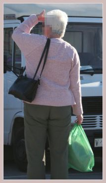 Frau mit Plastikbeutel auf dem Mercadillo