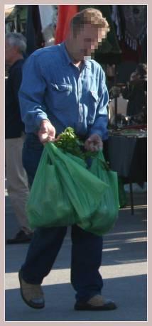 Mann mit Plastikbeutel auf dem Mercadillo
