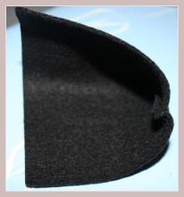 schwarzes Filzstück mit zusammengenähter Unterseite